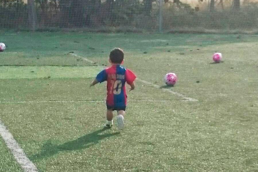 Bebe jugando fútbol